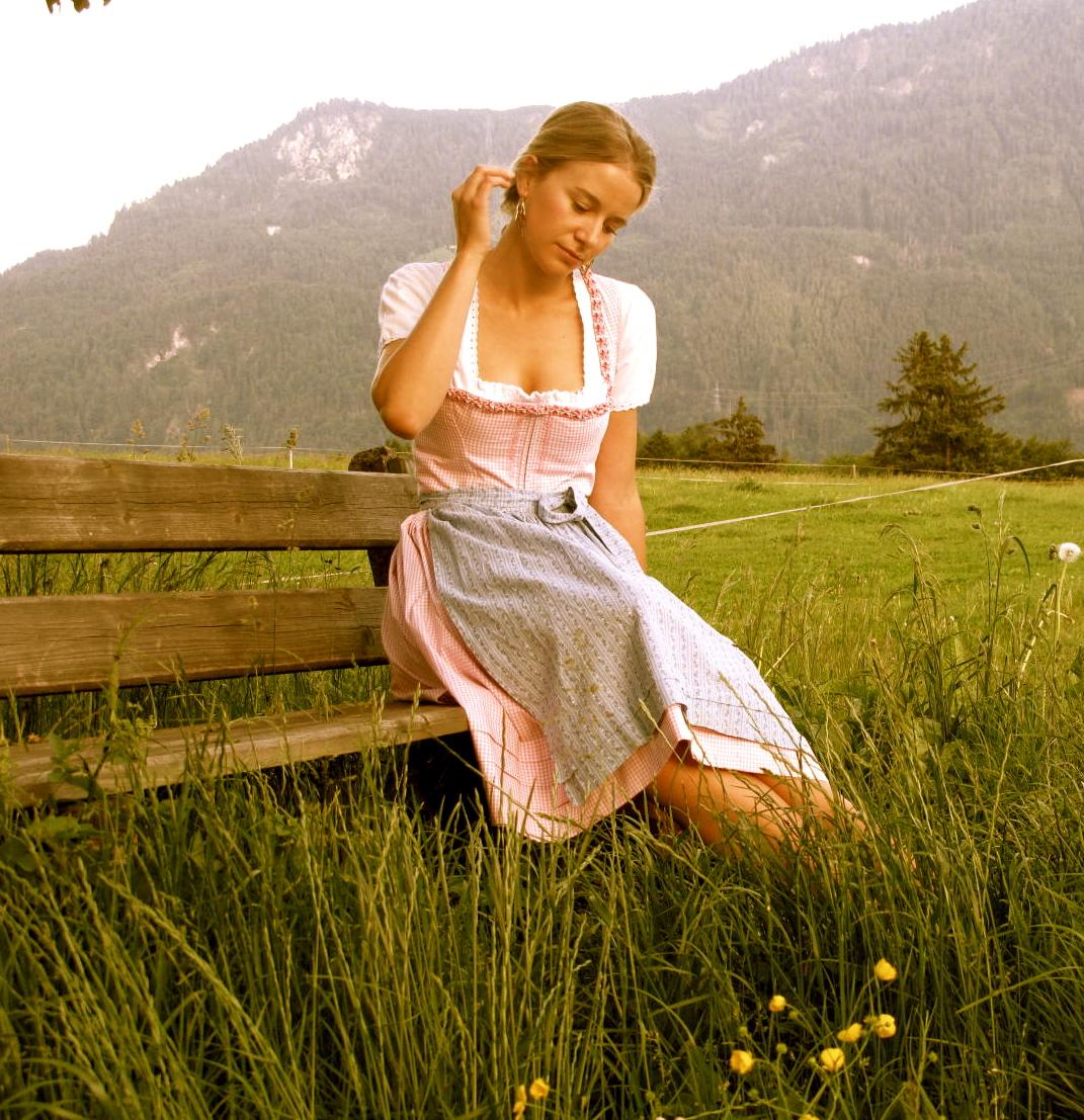 """Feliz de estar vestida con el típico traje austriaco llamado """"drindle"""""""