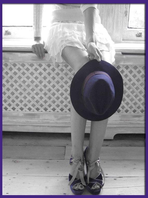 María León con falda y top de Pedro del Hierro Sport, sombrero y plataformas de TOPSHOP Londres compradas en este viaje