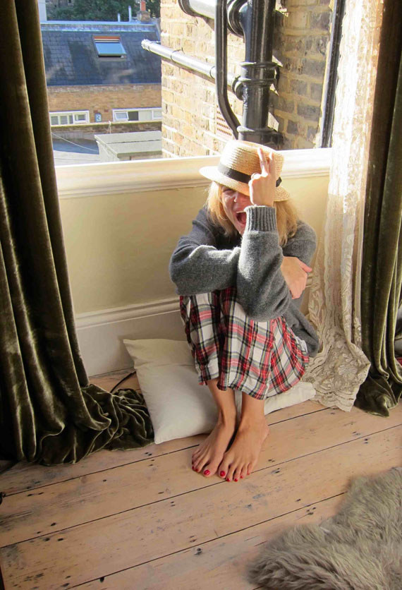 Pijama Party en casa a primera hora de la mañana en la casa de Sister Jane con pantalones de cuadros escoceses de hace varias temporadas de Women´s Secret, jerseys de lana negro y gris de la tienda de hombre Fulham de Madrid y sombrero de mi amiga Bea Deza.