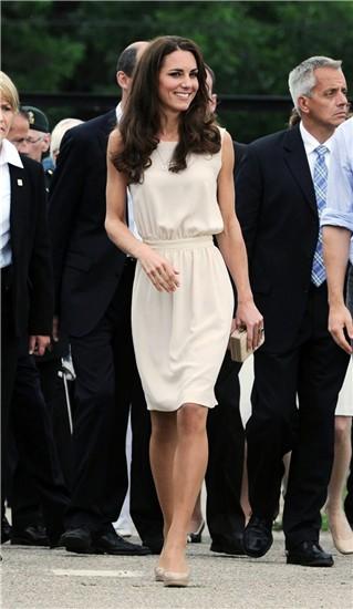 Vestido blanco zapatos beige