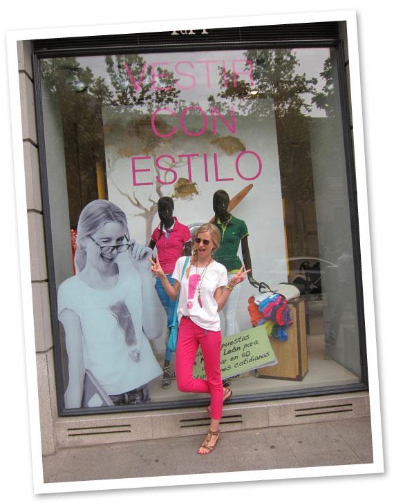 María León con pantalones de PDH Sport, camiseta diseñada por mí para The Hip Tee y bolígrafo colgante de Campo Marzio