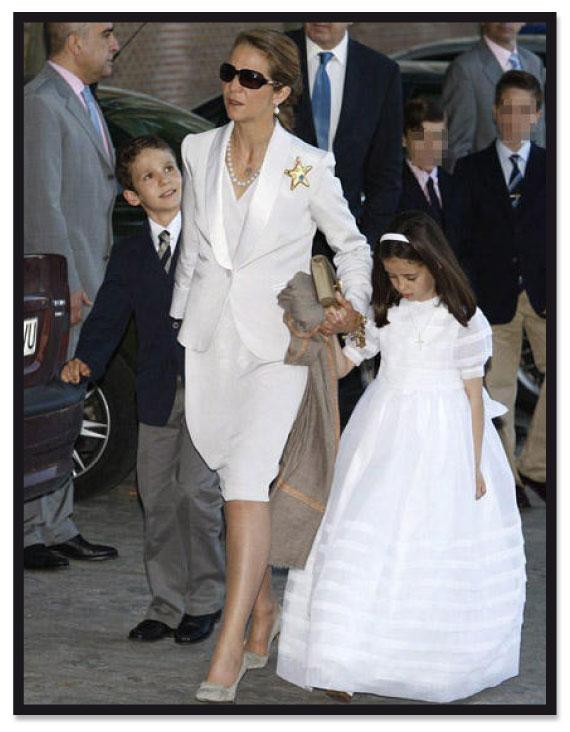 Look de la Infanta Elena para comunión con traje chaqueta blanco