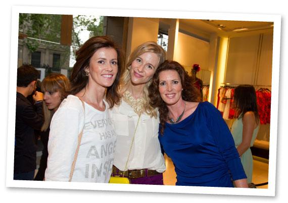 María León con Nuria March que también llevaba la camiseta de Swarovski diseñada por Ariadne Artiles y la divertida Verónica Mengod de intenso azul