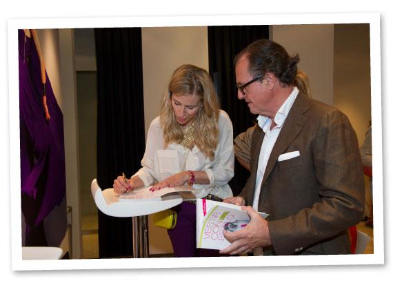 María León firmando un libro al reconocido decorador Luis Bustamante