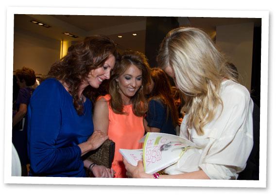 María León firmando su libro con Verónica Mengod y otro para otra compañera bloguera, Marian Camino