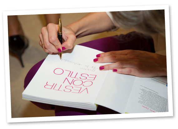 María León firmando su libro Vestir con estilo