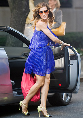 Vestido azul con zapatos color camel