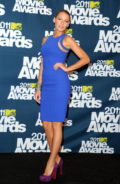 Combinar vestido largo azul klein