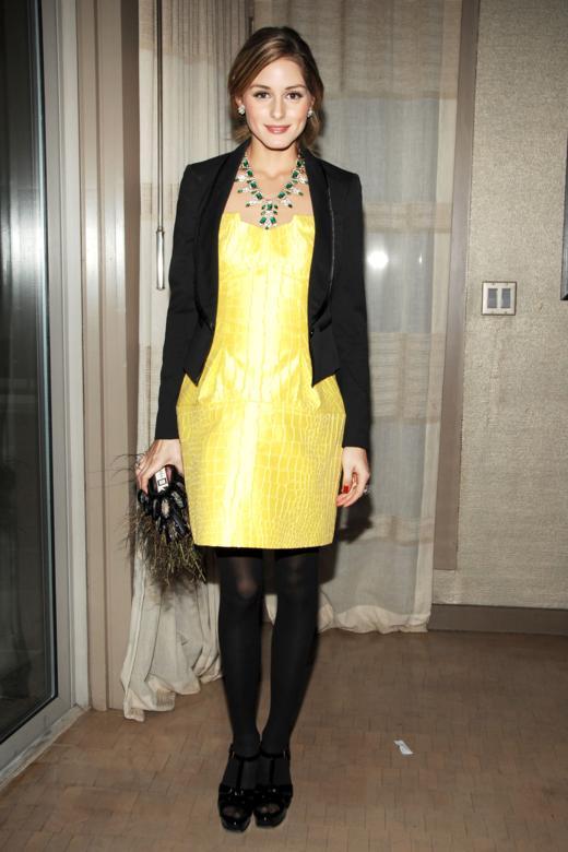Vestido amarillo con saco negro