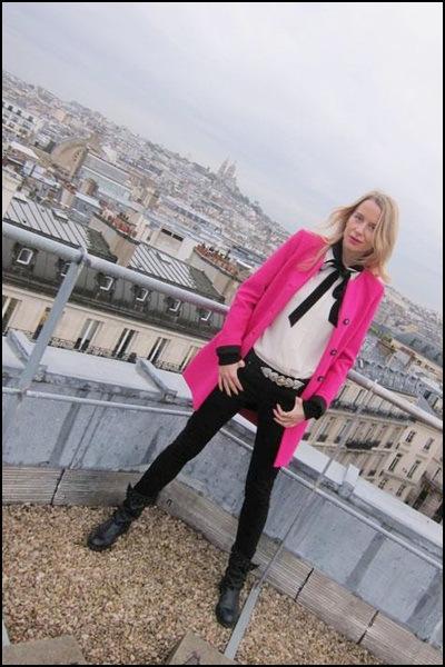 marc3ada-lec3b3n-llevando-abrigo-fucsia