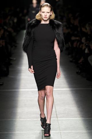 vestido-una-sola-manga-bolero-de-piel-Givenchy-13
