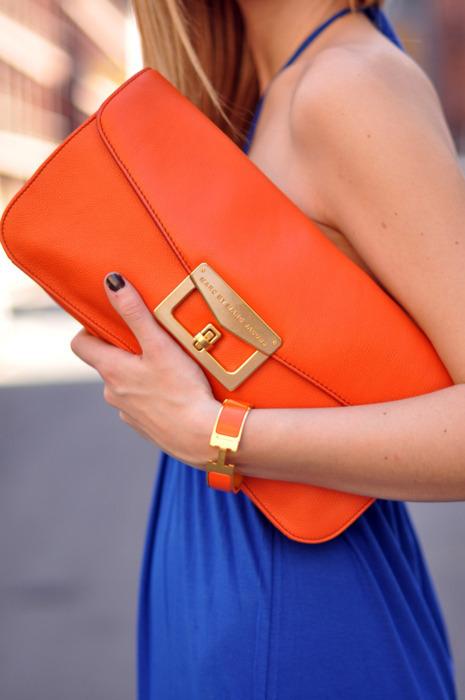 clutch naranja vestido azul