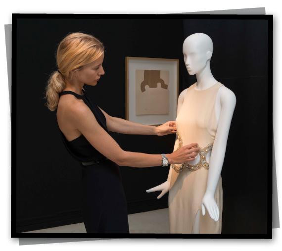 Maria Leon retocando vestido en Instituto Valenciano de Arte Moderno