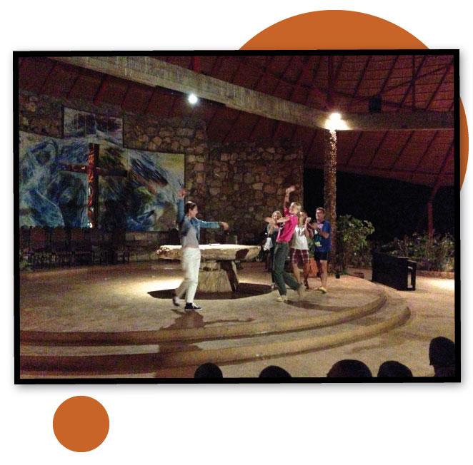 María León bailando sevillanas en su viaje a Mozambique
