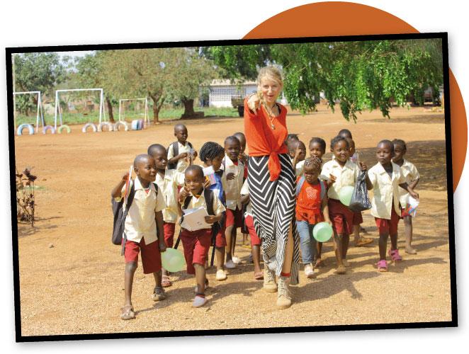 María León a la escuela con los niños en Mozambique