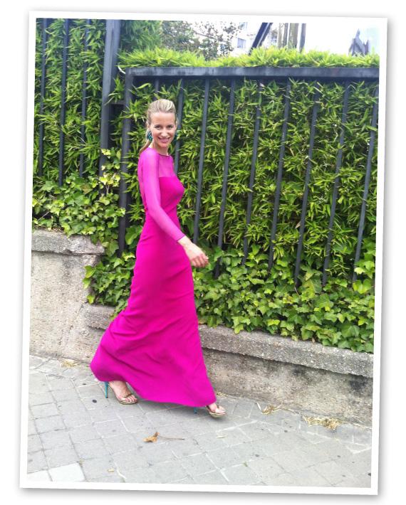 Vestido rojo zapatos morados