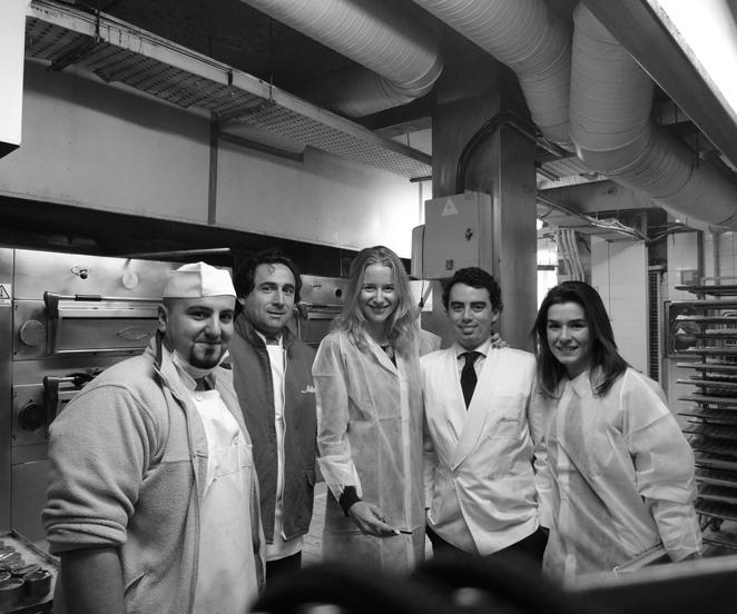 María León en la pastelería                                                                                                                                                                                                                                                                                                                                                                                                                                                                                                                                                                                                                                                                                                                                                                                                                                                                                                               María León con el equipo de pastelería de Mallorca