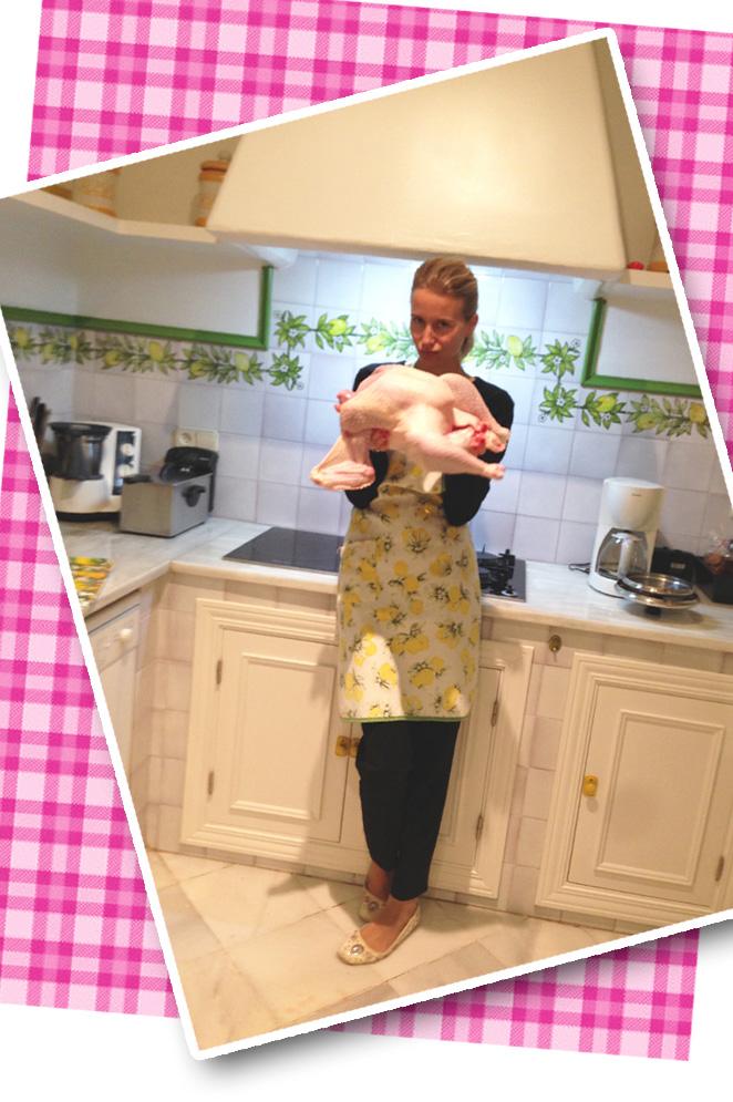 María León con el pavo que va a cocinar