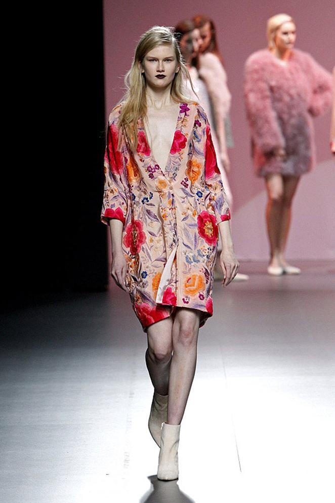 Este maravilloso y romántico vestido, inspirado en un mantón de manila, sería perfecto para pasear por la Feria de Sevilla.