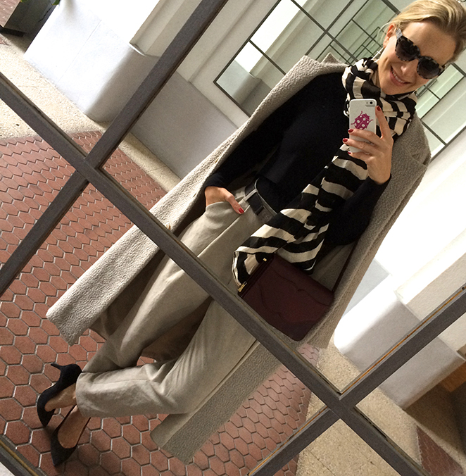 María León con Look sobrio con pantalones, abrigo y bolso de Pedro del Hierro Madrid, jersey negro de Mango, fulard estampado de Zara, gafas de Ontop Barcelona y tacones de Massimo Dutti.