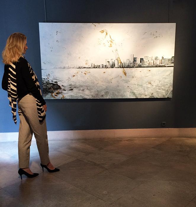 """María León con Fernando Manso, para ver su exposición """"Luz Oxidada"""" en la Galería Caylus de Madrid"""