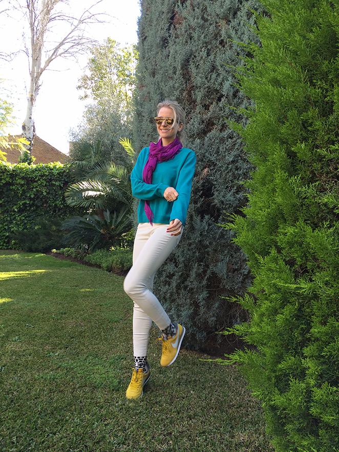 María León ya se prepara para la moda primavera con unos pantalones crudos encerados de Zara, jersey de cashmere de Galeries Lafayette, fulard de Zara Home, calcetines de Oysho, zapatillas Nike, anillos de Cinngara Sevilla, gafas de Jimmy Choo by Carrera, manicura de Nails Couture.