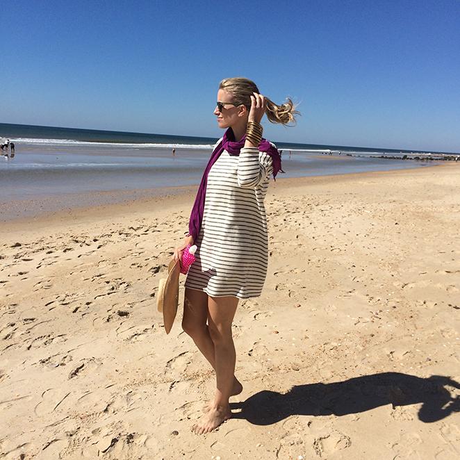 María León con look de moda playero con vestido de rayas de Zara, botas de ante de Mango, fular de Zara Home, pulseras de India, gafas de sol de Jimmy Choo by Carrera, traje de baño de Women´s Secret, sombrero Panamá y pareo de Anokhi.
