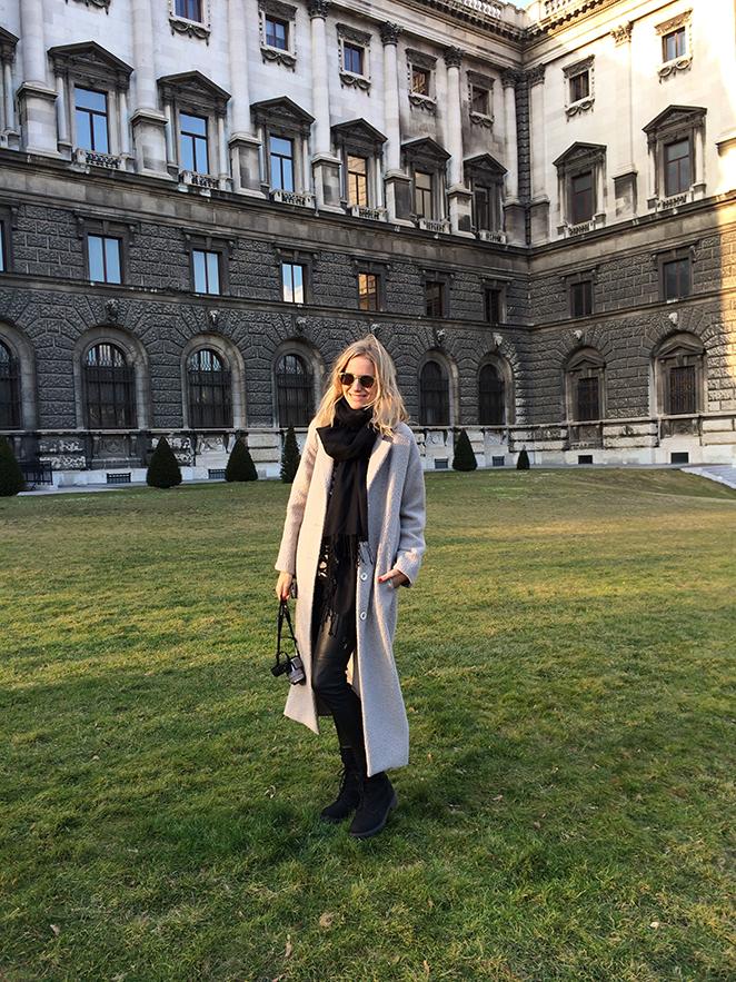 Look de Moda en Viena con abrigo beige de Pedro del Hierro. Pantalones Michael Kors, jersey de Pedro del Hierro, botas H&M, bolso Gucci y gafas Jimmy Choo by Carrera.