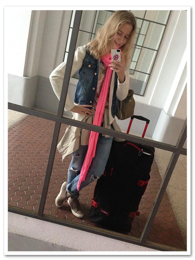 MAría León con jeans de Sandro, camisa de flores de PDH Sport, sudadera de Polo Ralph Lauren, chaqueta vaquera sin mangas de Mango, fular de Zara, pulsera de Twentyfourseven, zapatillas Superga, bolso de mi fondo de armario y sombrero de rafia de Aïta
