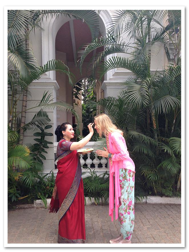 Para un paseo por Bangalore - India, estilo de moda con pantalones de flores del mercadillo de Biarritz, blusa rosa y fulard de Zara, zapatillas Superga, sombrero Aïta, pulsera de Twentyfourseven, reloj Swatch.