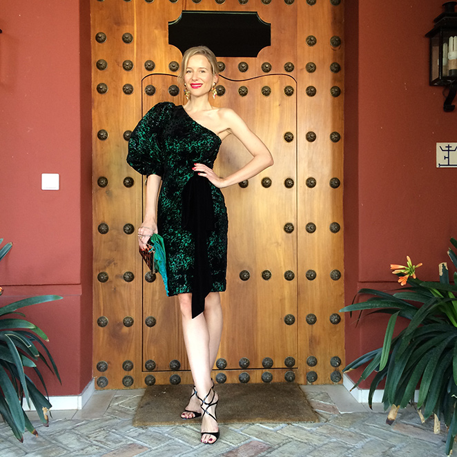 """María León con look estido """"vintage"""" de mi madre que combiné con sandalias de Jimmy Choo, cartera dorada de Zara, pashmina verde comprada en India, peineta de Nucca Sevilla y pendientes también """"vintage"""" de Kiki Ritz Biarritz"""