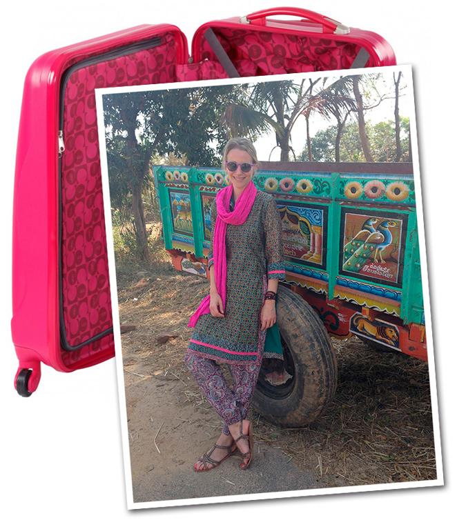 María León en Mysore con look de moda basado en pantalones de Oysho, camisa de Anokhi, sandalias de Oysho, gafas de Etnia Barcelona, sombrero de Aïta, fulard de H&M, medalla de BimbaSilverco y pulseras de Pintor de Gala.