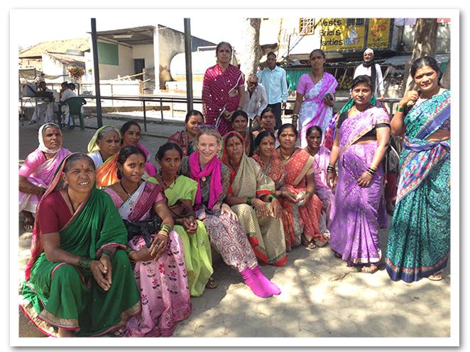 María León rodeada de mujeres de la India y con los calcetines de Calzedonia para la visita al templo de Mysore en India