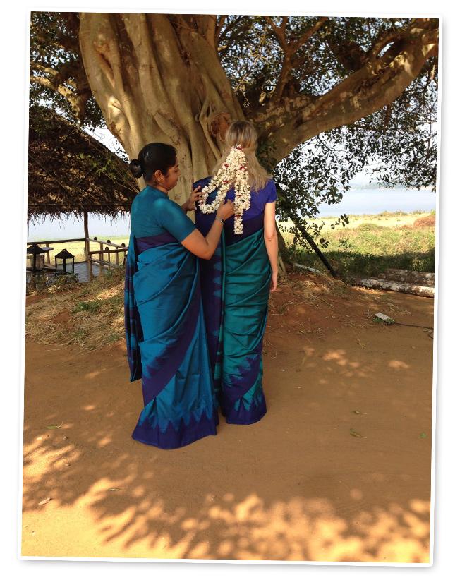 La amiga de María León Amreeta Banerjee explicándole como se coloca un Sari
