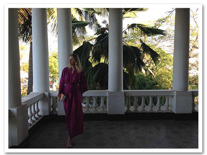 María León con la bata de Balakata en la habitación del hotel