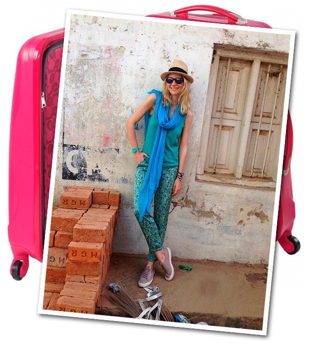 María León con pantalón pijama Renatta&Co que combiné con top de punto de Zadig&Voltaire, fulard de American Vintage, sombrero de Aïta, zapatillas Superga, gafas Ray Ban y pulseras de Experimenta Jewels.