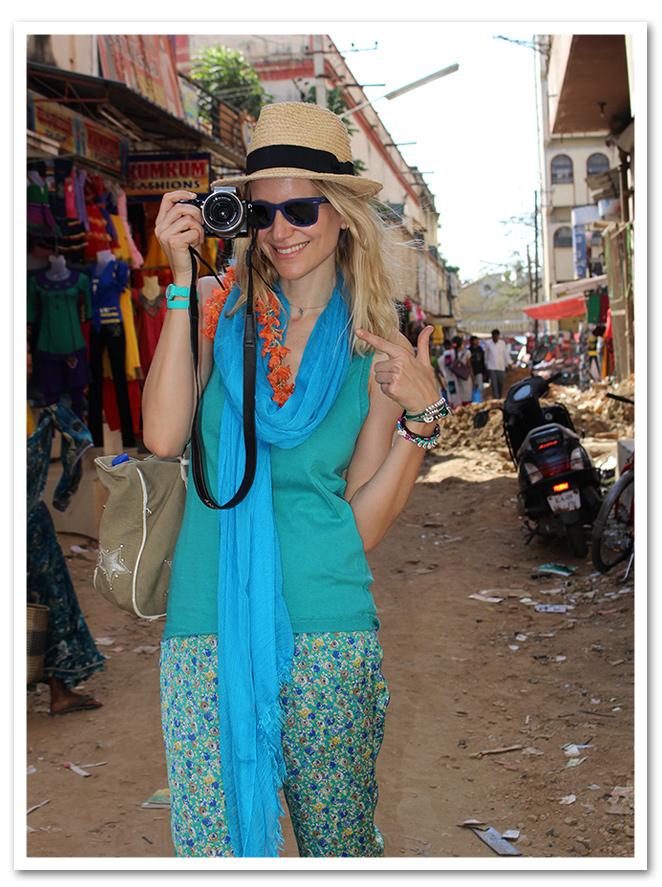 Pateando Mysore - India con pantalón pijama Renatta&Co que combiné con top de punto de Zadig&Voltaire, fulard de American Vintage, sombrero de Aïta, zapatillas Superga, gafas Ray Ban y pulseras de Experimenta Jewels.