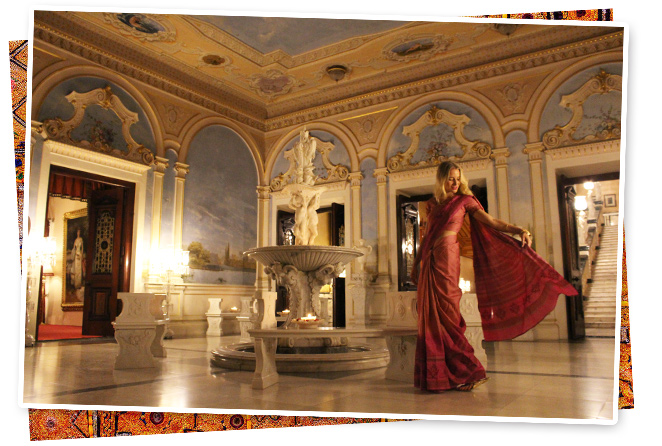 María León en el Palacio Falaknuma con el sari que me compré en Coorg y que combiné con pulseras de Alex and Ani, collar de Spanish and Sisters y mi anillo vintage indio
