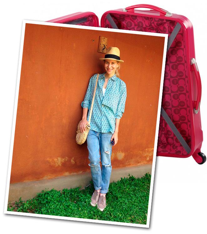 Look de moda con vaqueros de Sandro, que combiné con camisa india de Anokhi, zapatillas Superga, sombrero de Aïta, gafas Ray Ban y bolso de rafia