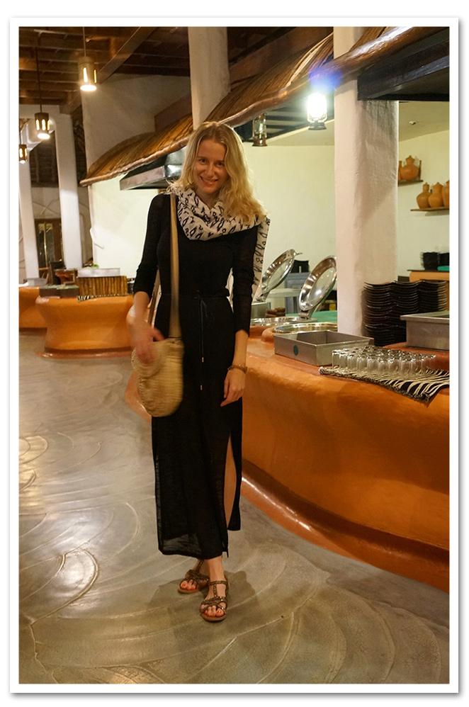 María León de cena con vestido largo de punto de Oysho, fular de PDH Sport, sandalias de Oysho y bolso de rafia comprado en el mercadillo de Tomares.