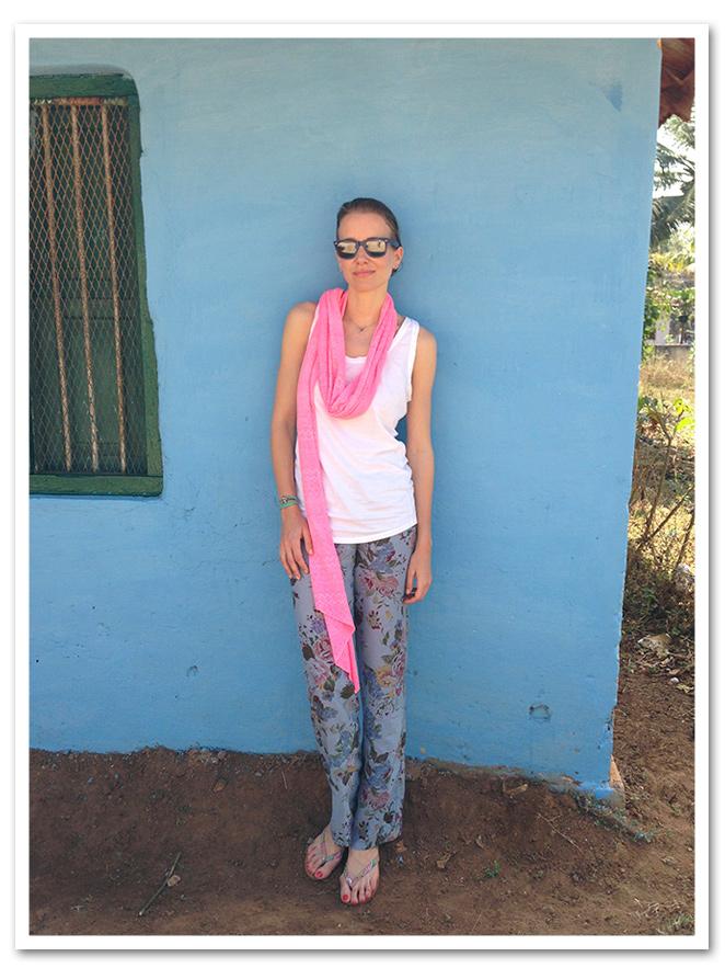 Rumbo a Coorg - India con pantalón pijama, chanclas y camiseta de Zara Home, fular de Zara, gafas Ray Ban y bolso de rafia comprado en el mercadillo de Tomares.