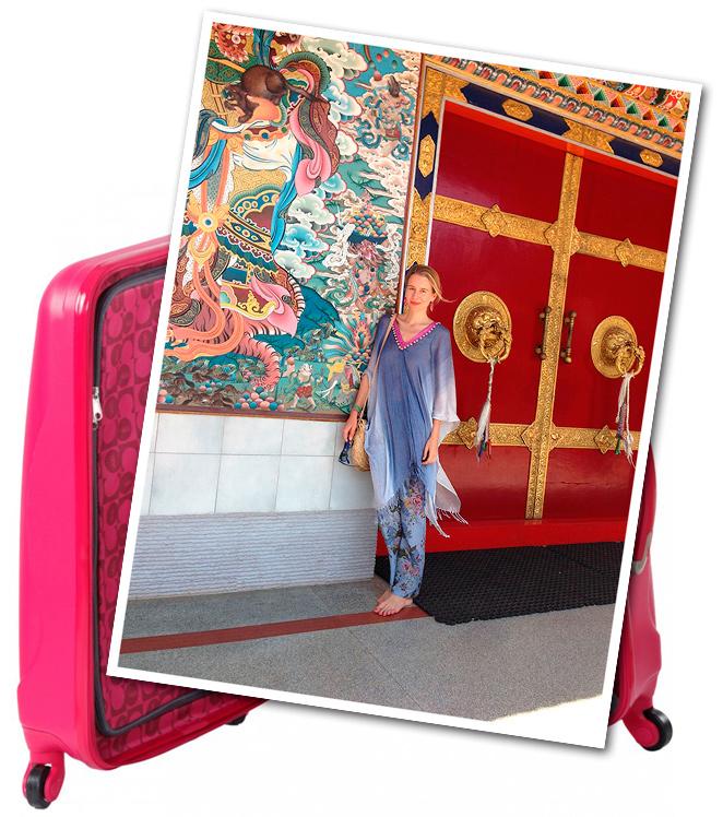 Visita al monasterio Tibetano con pantalón de Zara Home, poncho de María Olmedilla, pendientes de Becara, pulsera de Twentyforseven, bolso comprado en el mercadillo de Tomares y pedicura de Nails Couture.