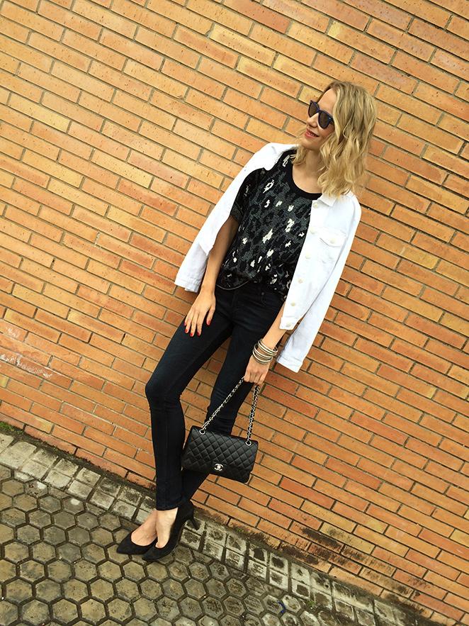 María León con jeans de Acne, top estampado de Sandro, chaqueta vaquera blanca de PDH Sport, bolso 2.55 de Chanel, pulseras Indias, pendiente de Thomas Sabo, gafas de sol Ray Ban y tacones de Massimo Dutti.