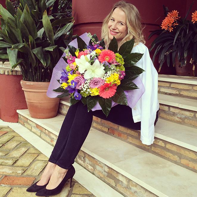 María León bellísima con su ramo de flores