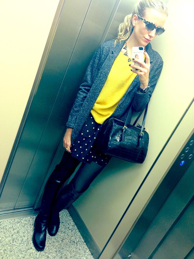 María León con chaqueta, jersey amarillo y falda de Des Petits Hauts (Claudio Coello 81), bolso de Pedro del Hierro, collar de Zara, botas 50/50 de Stuart Weitzman y gafas de Ontop Barcelona.