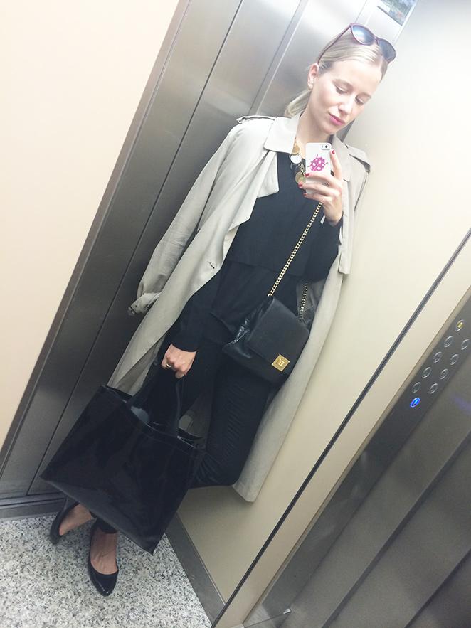 María León y su look de moda compuesto por jeans negros de Pedro del Hierro, camiseta y jersey corto de Mango, bailarinas de Stradivarius, collar de Spanish and Sisters, trench veraniego de Zara, gafas de H&M y cartera de Michael Kors.