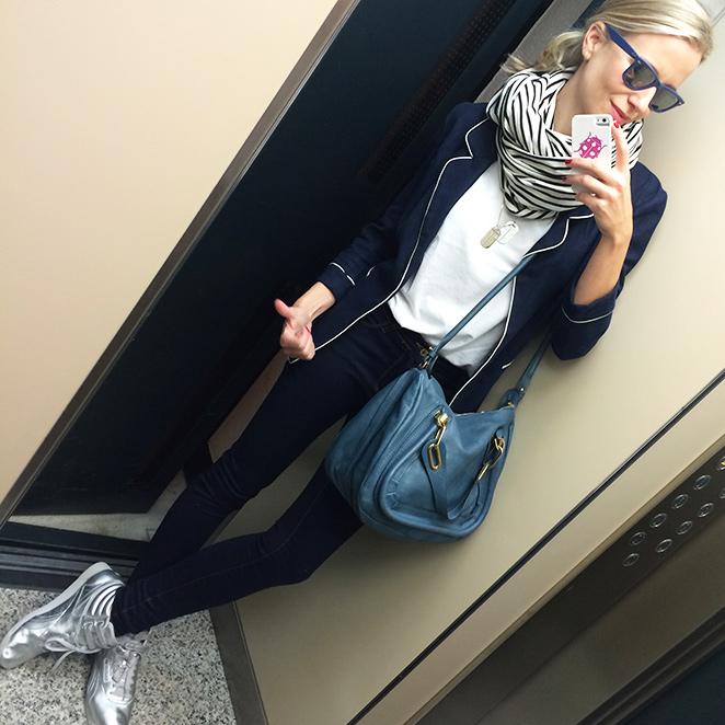 María León con jeans de PDH Sport, camiseta blanca de My Tweets de Cool the Sack, jersey de cashmere de Zara, chaqueta de Sister Jane, bufanda de rayas de American Apparel, Reebook Classic, gafas Ray Ban, anillo y colgante de mi fondo de armario, y bolso de Chlöe.
