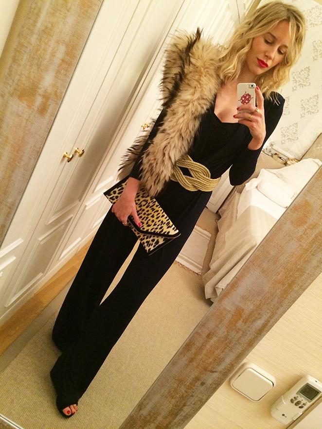 """Mono de Color Nude, estola de pelo de Nelsy Chelala, cartera de Maria Olmedilla, cinturón de David Christian, zapatos de Oysho y anillos de Nucca Sevilla. Como detalle """"beauty"""" la manicura de Nails Couture."""