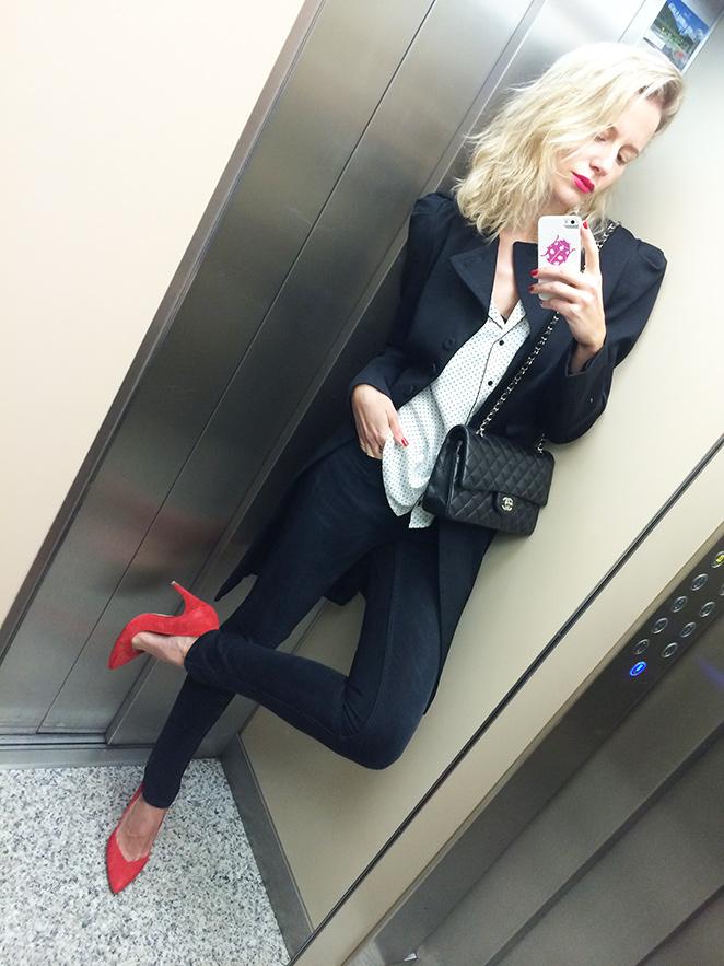 María León con jeans de Acne, camisa tipo pijama de Des Petits Hauts, abrigo de La Perla, tacones naranjas de Zara, anillo de Swarovski, pendiente de Thomas Sabo y bolso 2.55 de Chanel.