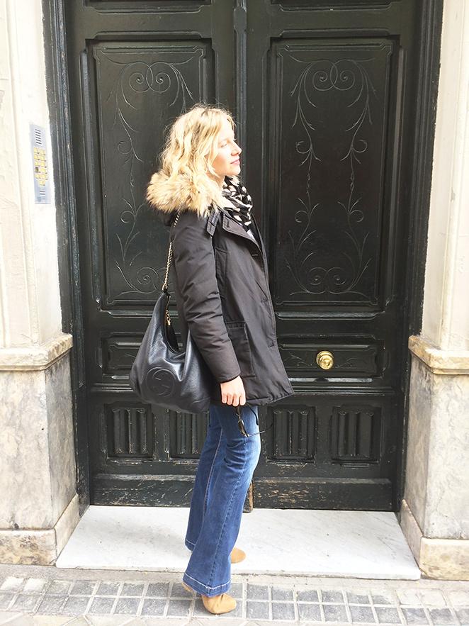 """María León con jeans de Mango, camisa roja de Biombo 13, chaleco de pelo de Pedro del Hierro, parka de Woolrich, botines de Trucco, gafas de Life Italia, broche de mariquita de Becara, bolso de Gucci y fular de Zara. Como toque """"beauty"""", usé pintalabios de Sephora."""